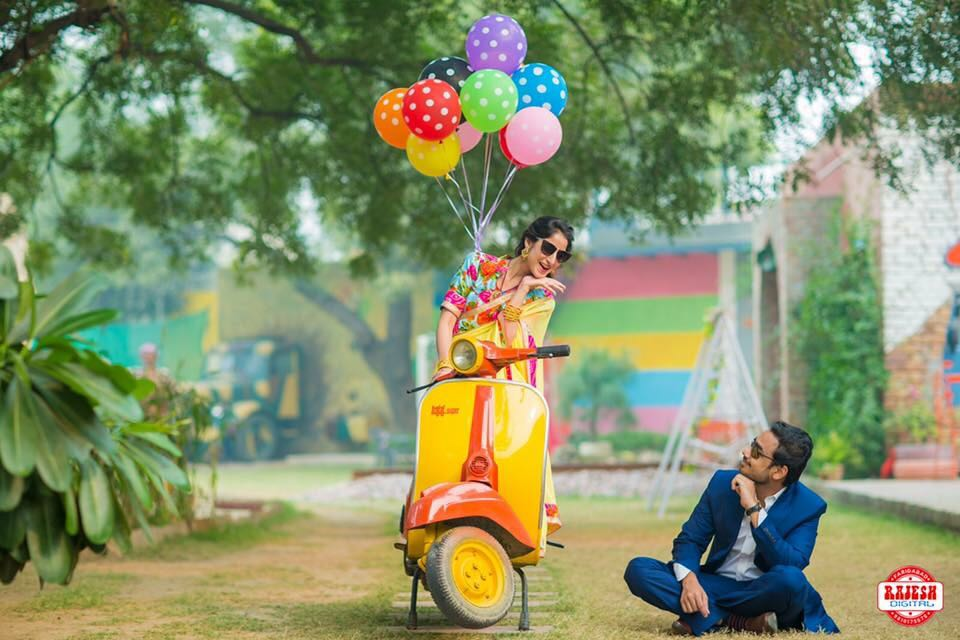 couple with scooter and balloon