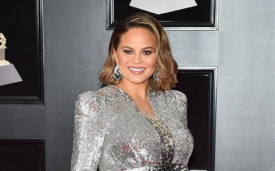chrissy teigen red carpet look in silver gown and side swept bob with emerald and diamond earrings for grammys 2018| Short bob for weddings | side swept bob for weddings | Indian Wedding Inspiration for Hairstyle | function mania|