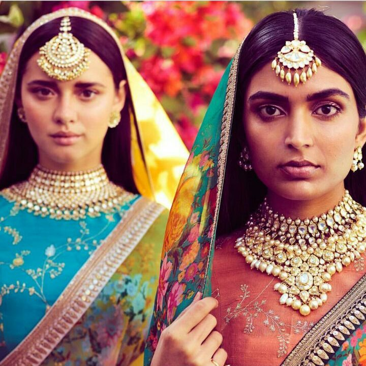 diaphanous organza sarees for the Spring-Summer 2018 collection. Eclectic and contrasting blouses, statement teekas and necklaces, nude make-up and open hair for destination summer weddings.  Bridal Accessories from sabyasachi   Amritsari Maang Teeka   Sabyasachi 2018 bridal collection   Printed saree by Sabyasachi   Nude Make up   Latest on Bridal wear   function mania   Spring Summer 2018 Sabyasachi Collection