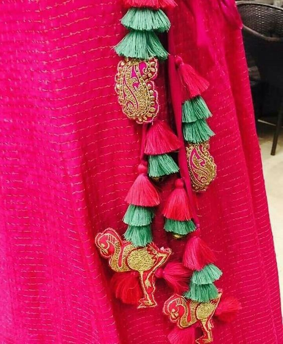 colour contrasting tassels